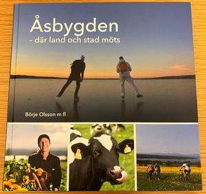 Åsbygden- där stad och land möts är skriven av Börje Olsson med flera. Boken vill inte utge sig för att vara en historiebok utan vill delge läsaren spännande historier, inspirerande människor och en och annan ny kunskap om Åsbygden.