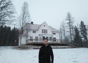 Marcus Andersson framför disponentvillan. Foto: Niklas Nyberg