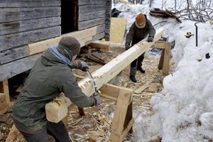 Niklas Podesta, Hjo och Johan Hovlind, Borlänge barkar en stock.