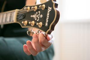 Finstämt. Josefin Söderqvist spelar bland annat gitarr och piano, även om sången var hennes främsta instrument under gymnasieutbildningen på Södra latins musikprogram.