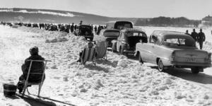 En solig vårvinterdag 1960 vallfärdade folk ut på Storsjön med bilar och sparkar för att lapa sol.Isvägar. Storsjön. Foto: ÖP:s arkiv