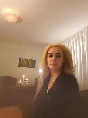 Jasmina fotade sig själv på hotellrummet där hon bodde innan hon togs till Talitas safe house. Hon hade precis druckit alkohol och tagit droger och när hon tittar tillbaka på bilden i dag känner hon bara sorg.