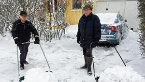 Krister Wallgren och Rolf Hagblom på Hagagatan hade varit uppe sedan ottan för att få undan all snö.