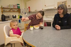 Raphaela Persson med dottern Elise och Lillemor Norström är överens om att öppna förskolan fyller ett stort behov. En jämförelse görs med Smedjebacken där man är på gång att starta en familjecentral med öppen förskola.