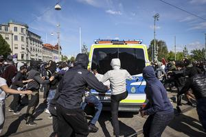 Demonstrationerna drar bara till sig bråkstakar som tar tillfället i akt för att få samlas och gå loss, skriver insändaren.