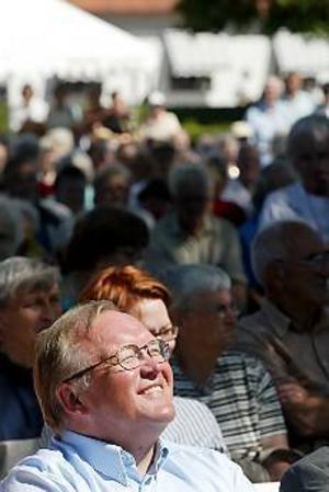 Foto: LASSE HALVARSSON En redan brunbränd Göran Persson kopplade av i solen innan han jubileumstalade för pensionärerna.\n