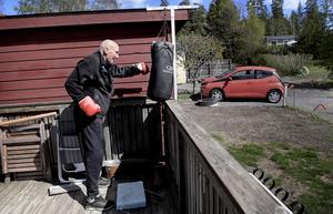 83-årige Lasse Sandgren har hängt upp sin boxningssäck vid altanen där han tränar flitigt. När han inte tränar ungdomsmålvakter ägnar han sig åt sin egna dagliga träning. Förutom boxning hoppar han rep, gör sit-ups, och styrketränar i sitt hemmagym.