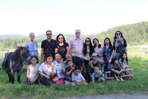 Hela turistgruppen samlad tillsammans med Hasse Eriksson och Fiona Fang. I dag besökte gruppen Lindberga gård och barnen uppskattade alla Annalena Ödmarks djur.
