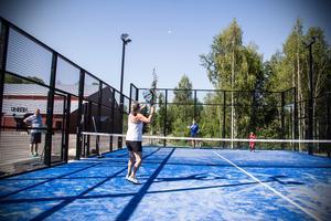 Till skillnad från flera större satsningar i landet där padelhallar byggts upp, drivs padelbanan i Norberg av Norbergs tennisklubbs ideella krafter.