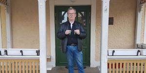 Tomas Pettersson med nycklarna i högsta hugg utanför Lövstabruk värdshuset.