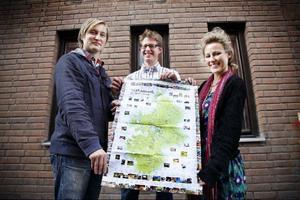 Calle Hedman, arrangör av Åre höstmarknad tillsammans med Tobias Karlsson från Eldrimner och Eva Hallin från Matskrået med den karta som visar var alla aktiviteter äger rum under den stora Matveckan. Kartorna finns att hämta på bland annat hotell och på turistbyrån i Östersund.