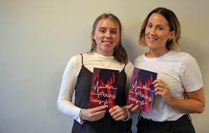 Svenskaläraren Lovisa Viktorin till höger är stolt över elevernas arbete. – Vi i klass 9A har tillsammans publicerat en bok om kärlek, säger Elsa Lagerlund Begman, elev på Karl Johans Skola.