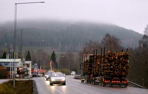 En av anledningarna till att vägen kan komma att flyttas är att erosionsrisken är stor där vägen går nära Dalälven, bland annat vid Ingmar Bergmans bryg