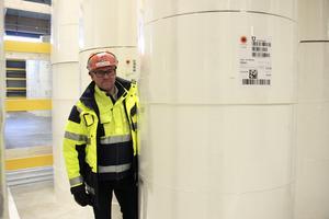 Nyligen har ett nytt lager på 8000 kvadratmeter för fluffmassa tagits i bruk. Här poserar platschefen Henrik Holm vid en av rullarna med produkten.