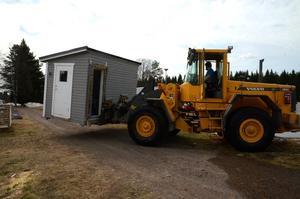 Med maskin flyttas bland annat förgårdar ut från riskområdet på campingen i Kläppen.