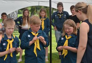 Märkesutdelning till våra yngsta scouter - Spårarna. Läsarbild: Ulrike Schedl Persson.