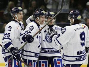 Johan Hägglund (9) gratulerar Johan Eneqvist till ett mål i Hockeyallsvenskan på hösten 2007. Senare under samma säsong började Jesper Ollas att spela bredvid duon i vad som kom att kallas