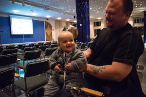 Håkan Bildås hoppas att skolan i Håksberg kan finnas kvar och att sonen Melwin kan gå där en dag.