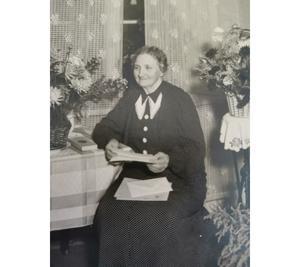 Edla Sofia Nyberg, senare Larsson, som var jungfru hos stinsen Björkmansson vid tidpunkten för morden på Mälaren. Om det är hon som ägt karaffen vet vi inte. Foto: Privat.