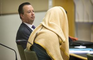 28-åringen tillsammans med sin försvarare, advokat Göran Witt-strömer, under häktningsförhandlingen i Västmanlands tingsrätt.