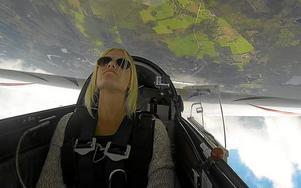 Upp och ned. 17-åriga Emma Svensson från Örebro tävlar i konstflyg under SM-veckan i Halmstad. Foto: Privat