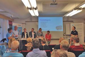 Pär Jönsson (M), Bosse Svensson (C), Christina Hedin (V), Pär Löfstrand (FP), Mona Modin Tjulin (S) och Karin Thomasson (MP) debatterade handeln i Östersund på torsdagen. Längst till höger står moderatorn Hans Tjernström, kommunikatör på Svensk Handel. Debatten var arrangerad av arbetsgivarorganisationen Svensk Handel.