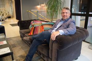Nordenchefen Darren Mowry kan ännu inte säga hur många som kommer att anställas på Amazon Web Services jätteanläggning i Västerås. Dock är rekryteringen av medarbetare påbörjade.