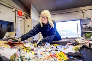 Det går undan på sorteringsbandet för papper, och Marlene Stjernberg sorterar med kvicka händer bort plast och annat material som hamnat fel.