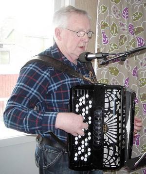 Jonny Abrahamsson sjunger och spelar.