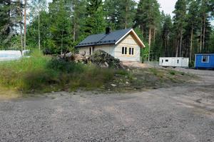 Här byggs ett fritidshus med koppling till Seko-affären. Bredvid står villavagnen.