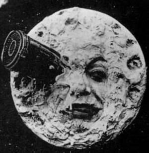 Resan till månen. Såg ut så här i Georges Méliès filmversion från 1902. Nu blir berättelsen fantasifull musiksaga hos Skottes.