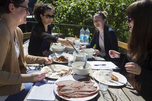 Färdig potatissallad är ett snabbt och enkelt tillbehör till grillmiddagen, picknicken eller buffébordet.   Foto: Erik Nylander/TT