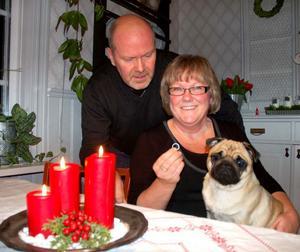 Ola och Lena Påhlsson med Lenas vigselring som varit borta sedan 1995.