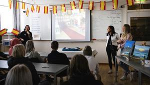 Läraren Helena Aronsson och eleverna Amanda och Emilia Nilsson presenterar projektet för besökare på programmet. Foto: Moa Åhs