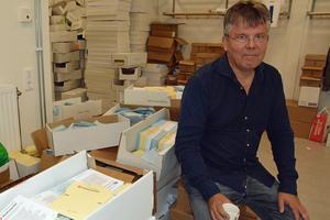 Gunnar Jutterstrom(S) tror på det manuella systemet med valsedlar – även om det blir oerhört många valsedlar över.