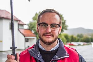 Många inom omsorgen förlorar tusenlappar i månaden när de erbjuds mindre anställningstid förklarar Emil Thyr, Kommunal.