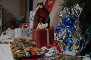 Paketen låg prydligt på ett bord, i väntan på att julklappsspelet skulle dra i gång.
