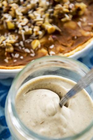 Äppelpaj med sötpotatis och honungsrostade nötter serveras med sockerfri vaniljsås.