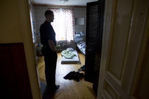 Tomas Näslund tittar in i barnens tomma rum lycklig över att han står där i dag.