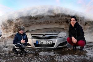 Sonja Sandberg och sonen Liam vid sin överstående bil.