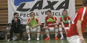 Avbytare? Tja, Laxås P93-lag har nio spelare med i Global Care futsalcup och delade speltiden jämnt mellan båda fyrorna i första matchen, 3–0-segern mot Hidingsta. Jacob Rinne tvåa från vänster, Kalle Holmberg länst till höger.