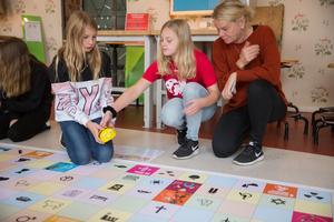 Joline Jakobsson och Linnea Omberg har jobbat med mål 10. Vallaskolan, där Sofia Heldt är lärare i matte och NO, använder Planetskötarens material för att lära sig mer om FN:s 17 globala mål.