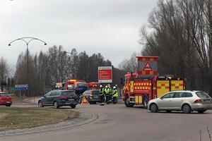 Två personbilar kolliderade i rondellen vid riksväg 70 och Gyllehemsvägen i Borlänge på onsdagsförmiddagen.