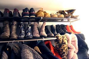 Hatthyllan dignar, det syns att hon tycker om skor och kläder.