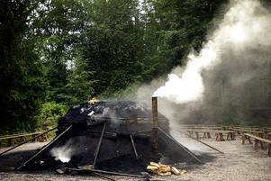 Skogens dag i Högbo bruk firades med kolmila 2005. Förr tillverkades träkol till hyttor och järnbruk i dem. Foto: Torbjörn Ivarsson