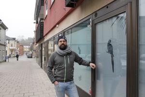 Peter Kauffman utanför lokalen på Lilla Brogatan som i början på nästa år kommer att bli ett nytt kvällsnöje för både Norrtäljebor och tillresta.