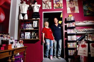 Butiksägaren Anders Olofsson och medarbetaren Emelie Passio är besvikna efter att betaltjänstföretaget Payson förbjudit dem att använda företagets kortbetalning på hemsidan.