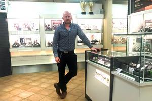 Albert Bergström har växt upp i guldsmedsbranschen då han arbetar  i ett familjeföretag.