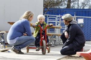 Det är orimligt att många av de som tar hand om våra barn har en otrygg anställning, en allt för hög arbetsbelastning och låg lön. Det skriver Malin Ragnegård från Kommunal. Foto: TT