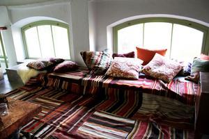 Det marockanska kuddrummet/bokhörnan finns på övervåningen.